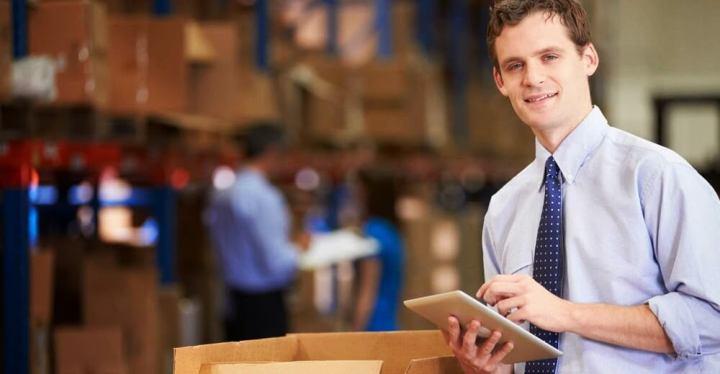 promotor de vendas em uma loja, responsável por executar uma ação de trade marketing