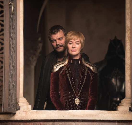 Johan Philip Asbæk como Euron Greyjoy e Lena Headey como Cersei Lannister em Game of Thrones.