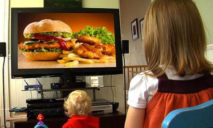 Segundo o estudo, canais de TV a cabo exibem 15 minutos de propaganda a cada hora