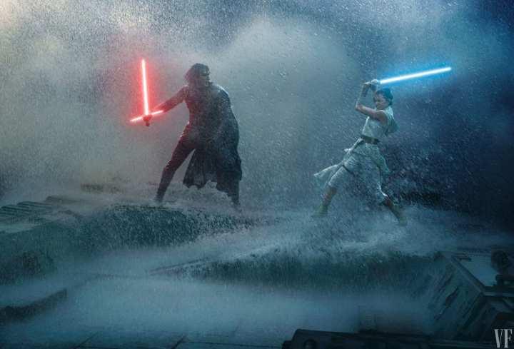 Foto mostra os personagens Kylo Ren e Rey lutando entre si com sabres de luz