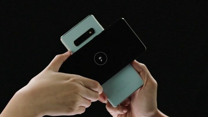 Foto mostra dois smartphones da Samsung compartilhando baterias graças ao PowerShare