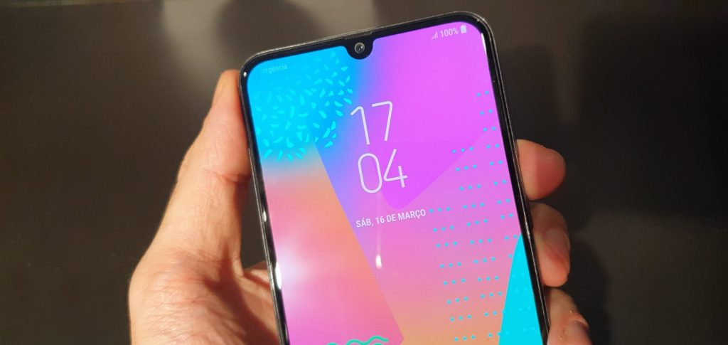 Seguindo a tendência dos smartphones de 2019, o M30 possui o notch em formato de gota