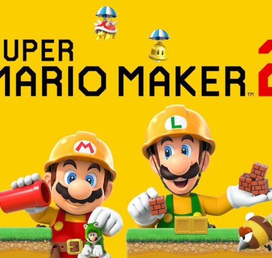 Tela de título de Super Mario Maker 2. Mario e Luigi aparecem com uniformes de construtores, centralizados na tela. Ambos seguram uma série de itens utilizados para a montagem das fases.