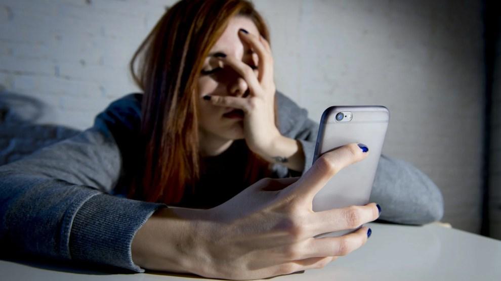 Adolescente amedrontada por ficar sem telefone (Imagem: Deposit Photos)