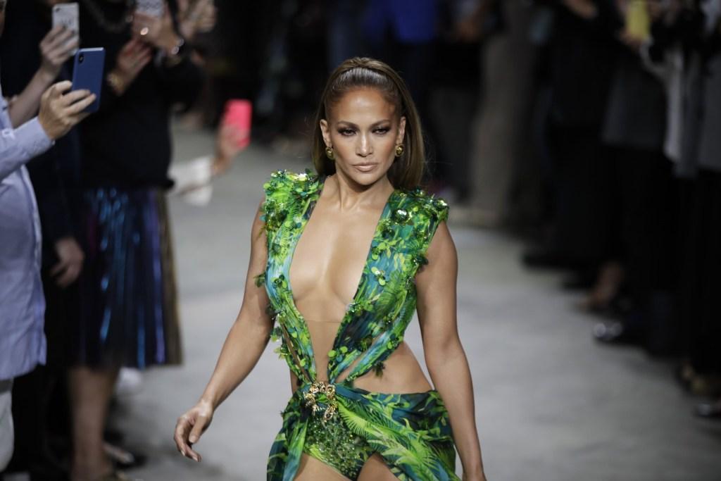 Quase 20 anos depois, Jennifer Lopez usa uma nova versão do vestido Versace