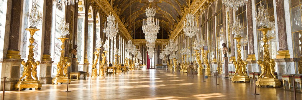 A imagem mostra a parte interna do Palácio de Versailles