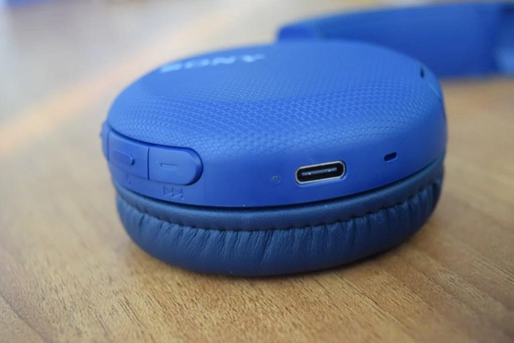 Porta USB-C para carregamento do WH-CH510