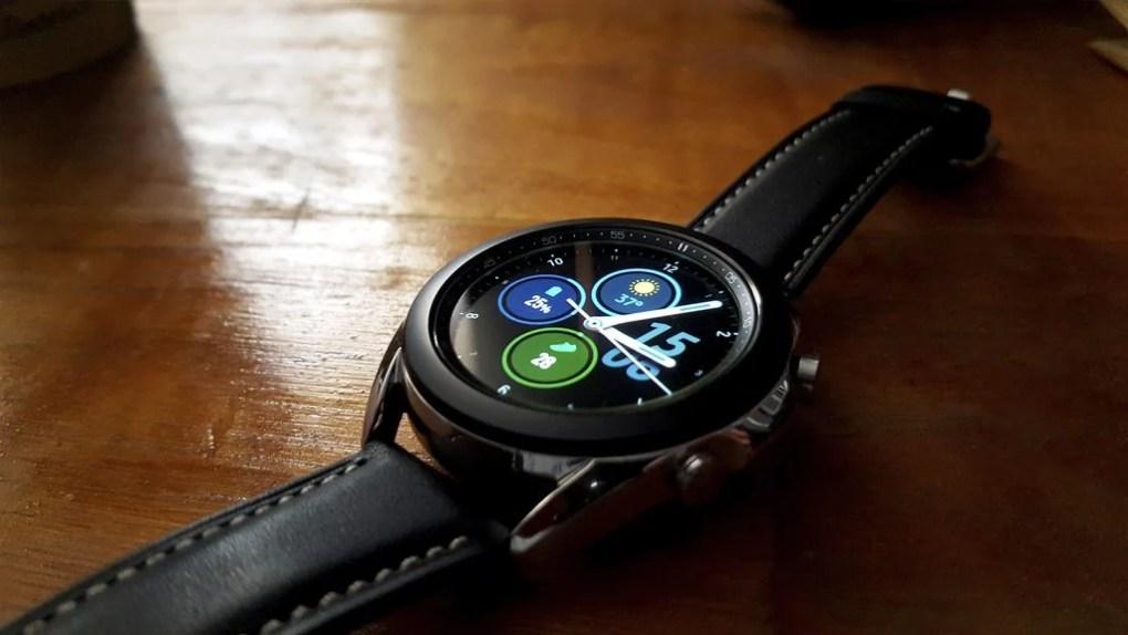 galaxy watch 3 sobre mesa de madeira