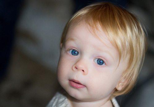 Bebê americano com olhos azuis. Uma característica cada vez mais rara.