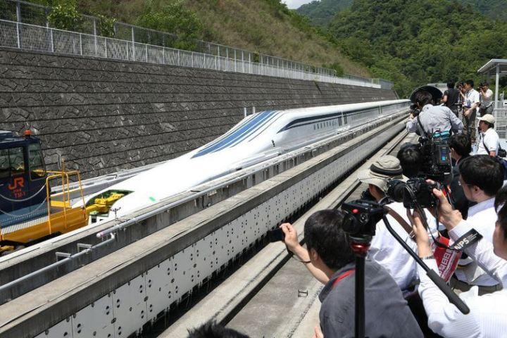 169833560 0 0 720x480 - Trem japonês levita a mais de 500 Km por hora levando seus primeiros passageiros