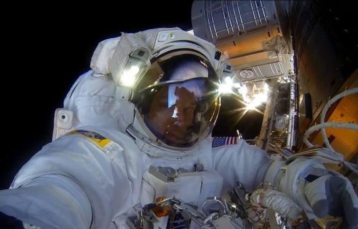 astronauta ajusta cmera gopro antes da misso reproduo nasa 720x461 - NASA divulgada vídeo com imagens de tirar o fôlego no espaço