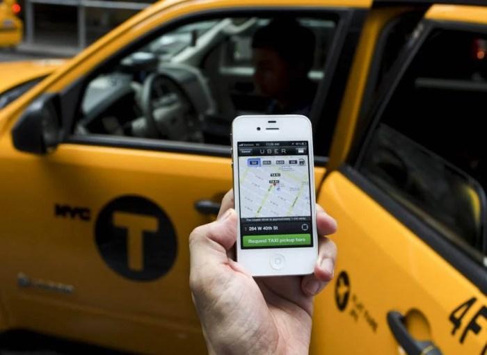 uber vs taxi 720x526 - Efeito Uber: preço do alvará de táxi cai pela metade em São Paulo