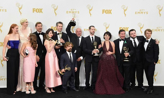 "game of thrones breaks record with multiple wins at emmy awards 2015 - No Mercy: ""Game of Thrones"" tem vitória sangrenta no Emmys 2015"