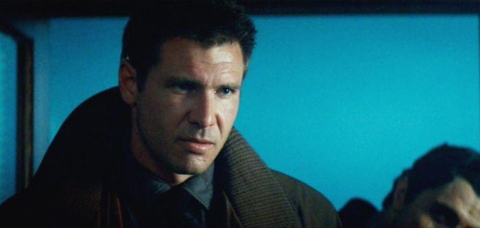 O então jovem Harisson Ford no icônico papel do caçador de androids Rick Deckard