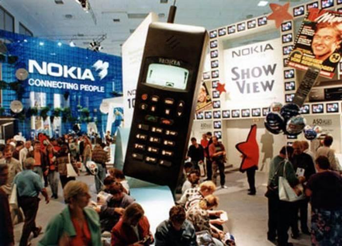 Em 1993, os celulares GSM da Nokia chegaram à feira.