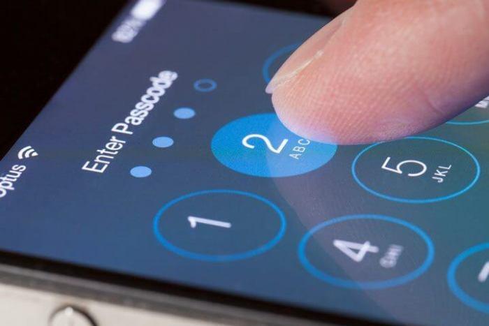 iPhone pessoa digitando 720x480 - Tutorial: como descobrir o IMEI do seu celular