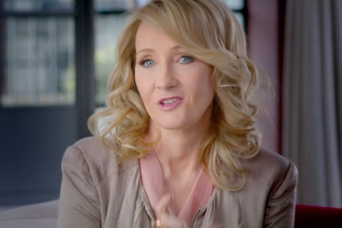 No vídeo, J.K Rowling explica os motivos pelos quais quis fazer essa investigação
