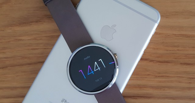 how to connect a moto 360 to your iphone image cultofandroidcomwp contentuploads201505iPhone Moto 360 Android Wear 640x338 - Smartwatches Android voltam a funcionar nos iPhones 7 e 7 Plus