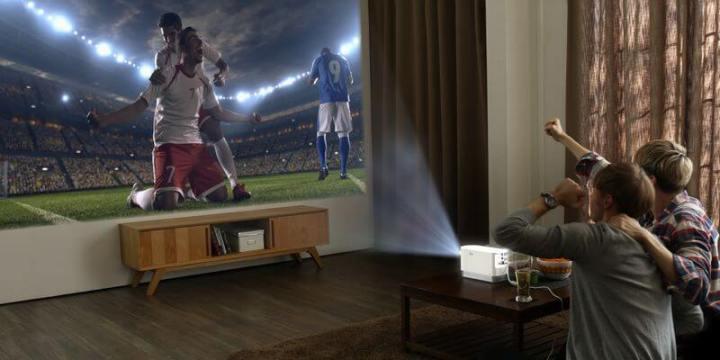 """LG ProBeam 04 5B20161219160654899 5D 720x360 - LG faz bonito com """"Wallpaper TV"""" e recebe mais de 90 prêmios na CES 2017"""