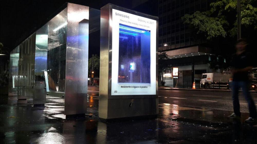 Smartphone embaixo d'água na Avenida Paulista