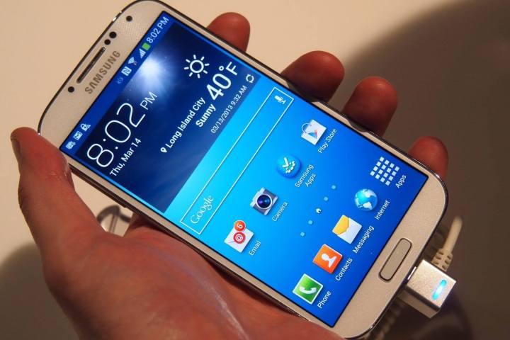 Samsung Galaxy S4 angled 720x480 - 9 anos de Android: como as telas mudaram o smartphone para sempre