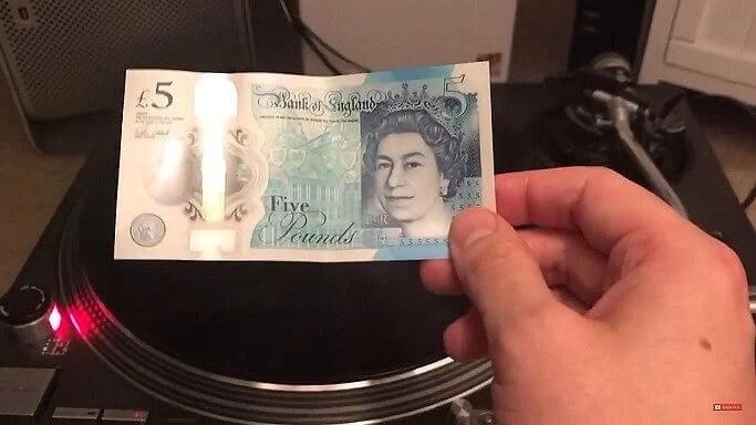 Dá para tocar um disco de vinil usando notas de dinheiro? 7