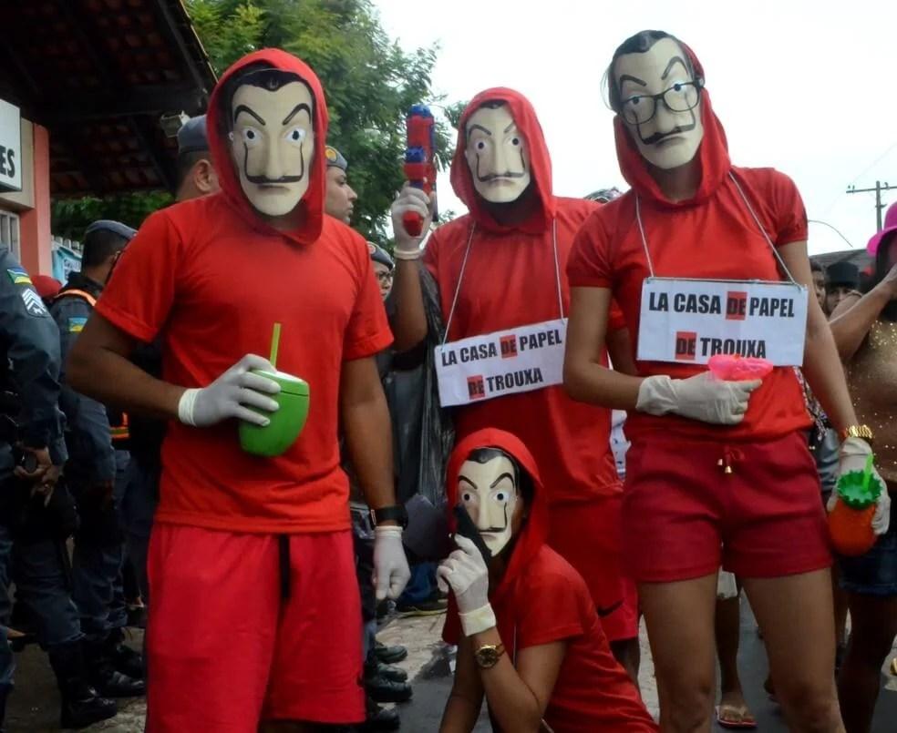 Foliões que deram uma pausa no assalto à Casa da Moeda para beber cerveja.