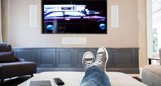 watching tv - TV Full HD: qual é a distância recomendada para cada tela?