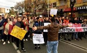"""""""... Jemi vonë, por më mirë vonë se sa kurrë.""""  - Ja kush i është bashkuar protestës së studentëve. -"""