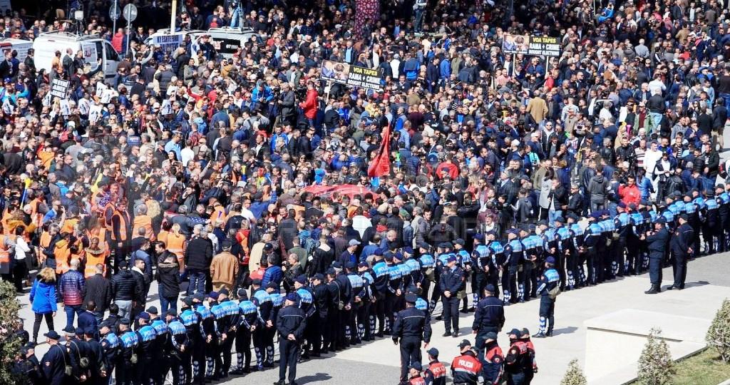Pakt kombëtar, largim i Ramës, ose vendi shkon në luftë. 350 mijë kallashnikovë ende në duart e shqiptarëve. -