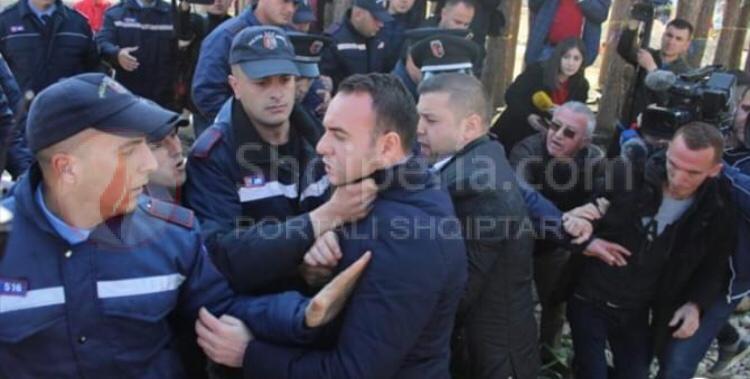 Tension te Bregu i Lumit, dy –ish deputetët përplasen me policinë, efektivi kap për fyti Balliun.