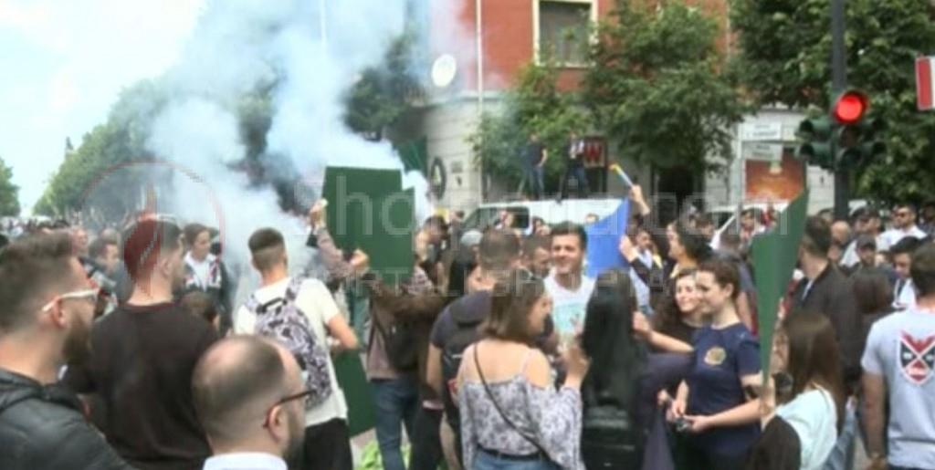 Rikthehet protesta e studentëve ja çfarë po ndodh tek Ministria. kanë ndezur tymuese jashtë ministrisë. -