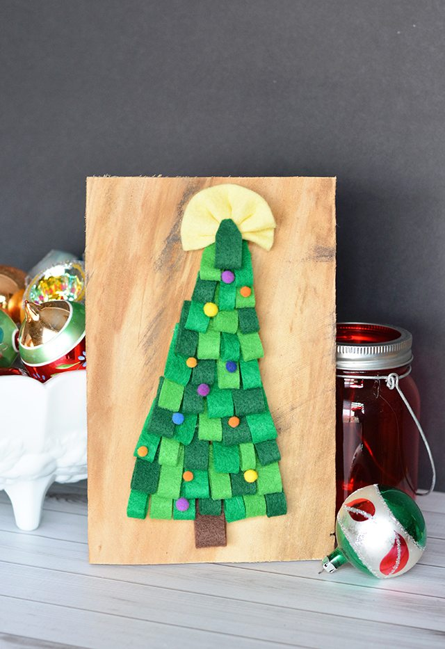 https://i2.wp.com/www.shrimpsaladcircus.com/wp-content/uploads/2016/12/Easy-DIY-Felt-Christmas-Tree-Pallet-Sign.jpg?fit=640%2C933