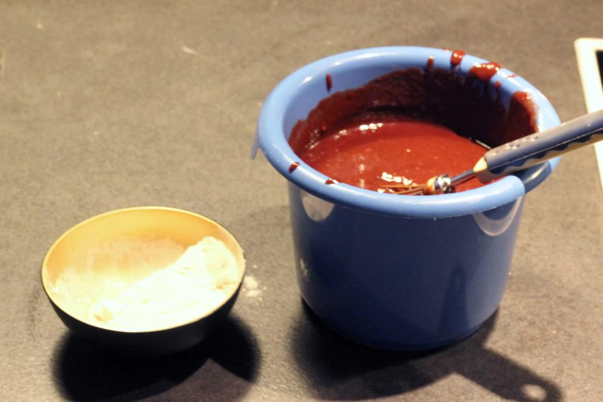 Dann das Mehl die Pose Salz und zum Schluß einen Schuss Rum einrühren