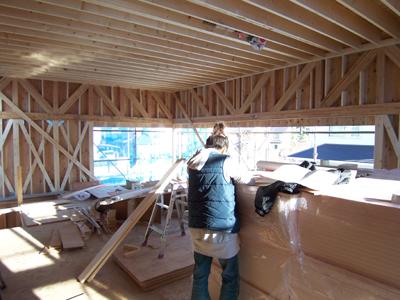 木造トラス梁と現場監督
