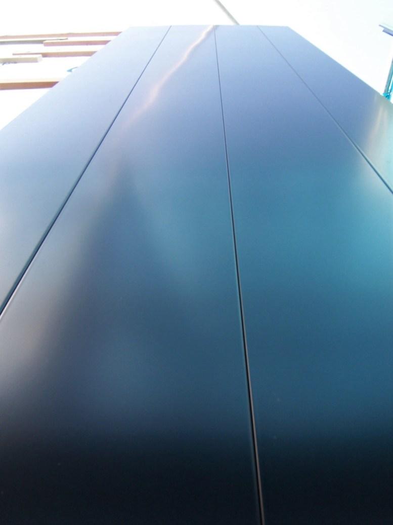 黒いガルバリウム鋼板のスパンドレル
