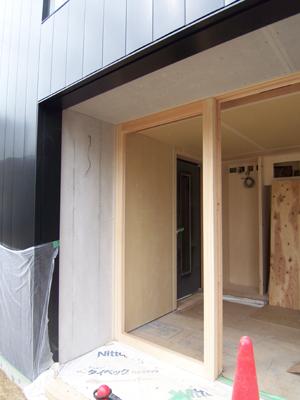 玄関に吊り込まれたヒノキの框戸