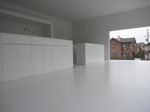 真っ白なリビングとキッチン