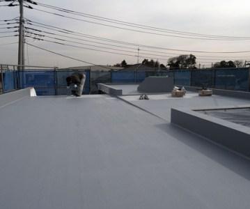 屋上防水が終わり安心して木工事が進められます | 川口の白い家