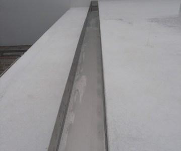 箱樋により屋根の雨水排水が全て受けられます | 川口の白い家