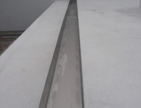 箱樋 の設置。屋根の雨水排水を一箇所に集中させています