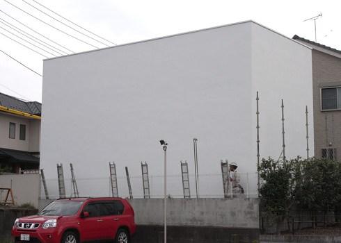 白い家の足場解体作業