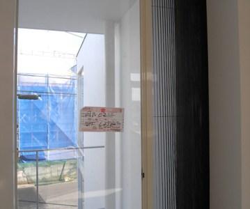 プリーツ網戸は使う時だけ引き出せるので便利! | 川口の白い家