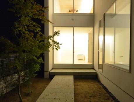 裏庭 の夜景を撮影。まだ施工中ですがとても良い雰囲気です
