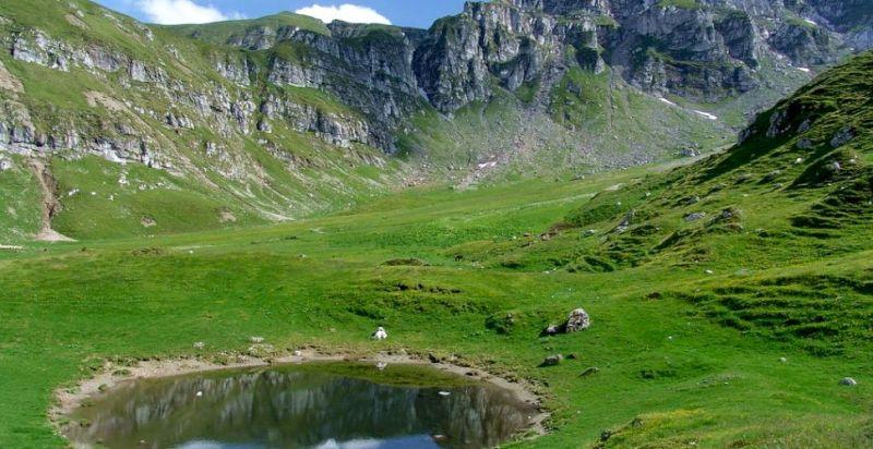 E adevărat că în Munții Bucegi există un lac ce apare când moare ...