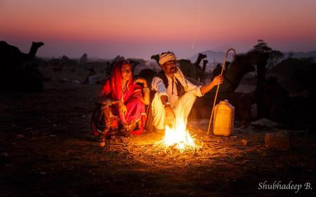 When the sun goes down, And the fire is lit, It's time for some cozy moments... Even in the middle of the desert.