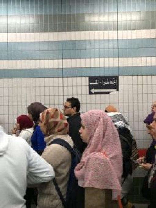 人群以及背後意義不明的神秘阿拉伯語。