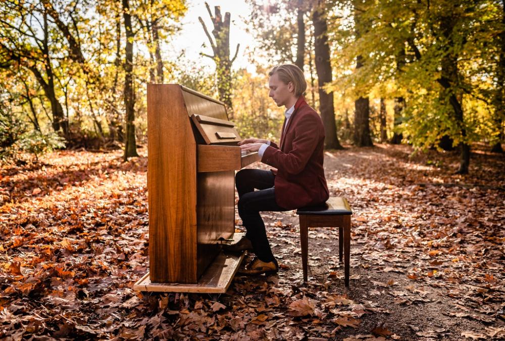David Hordijk speelt piano in het bos