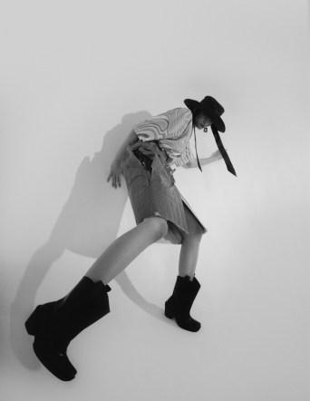 Model Nouk Torsing met zwarte laarzen en hoed voor Schon Magazine