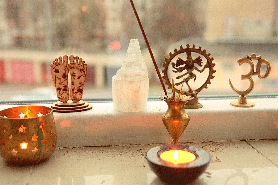 Lord Nityananda lotus feet statue engraved symbols 2